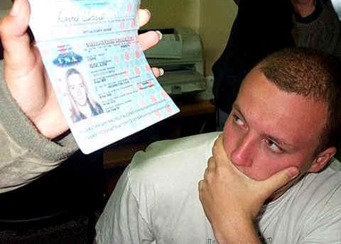 Ein Freiwilliger der 'Internationalen Solidaritätsbewegung' (ISM)     hält Rachel Corries US-Pass hoch. Der Aktivist daneben hat einen     Schock. Diese Szene spielte sich im Al-Najjar-Hospital in Rafah /     Okkupiertes Gaza ab. Rachel Corrie war von einem israelischen Bulldozerfahrer     getötet worden, als sie gegen den Abriß eines palästinensischen Hauses protestierte. (Mohammad Al-Moghair)